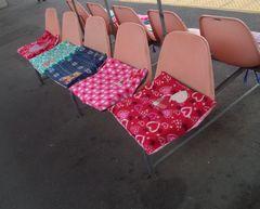 ホームのベンチに座布団